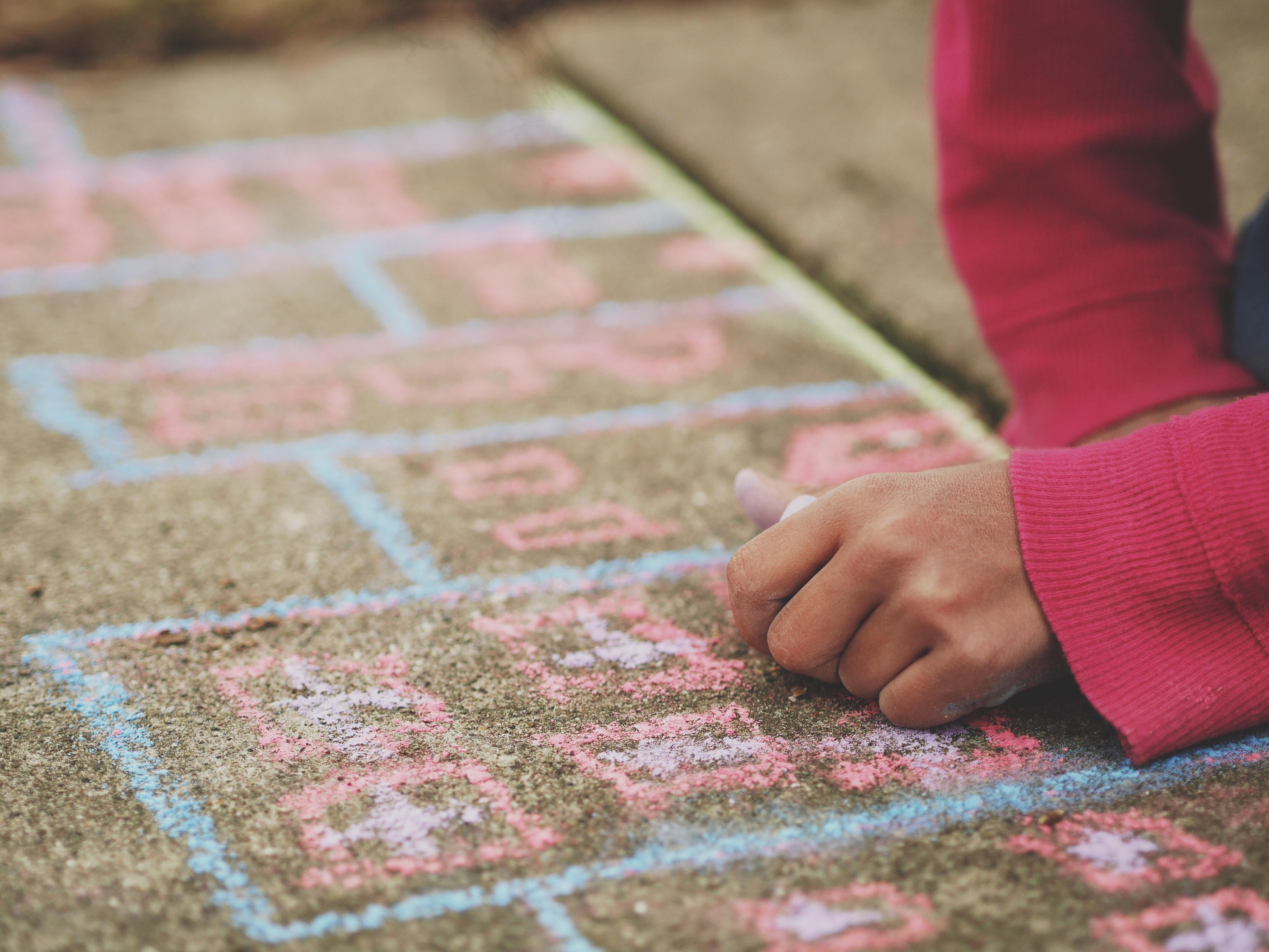 Imatge d'un infant jugant