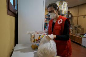 Imatge persona de Creu Roja preparant un paquet de menjar