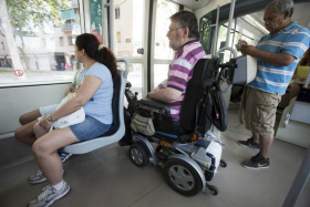 Imatge persona amb discapacitat física en un autobús