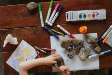 Imatge taula amb material de dibuix i pintura