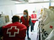 Imatge professionals Creu Roja preparant logística lliurament ajuda d'emergència