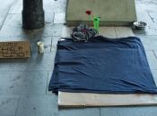 Imatge d'un llit al carrer d'una persona sense llar