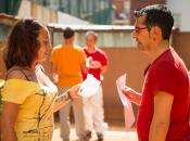 imatge dues persones interactuant en una dinàmica de grup