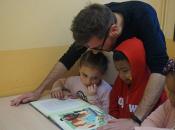 imatge professional social donant suport a dos infants