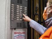 Imatge treballadora àmbit social donant suport a un veí/veïna durant la pandèmia
